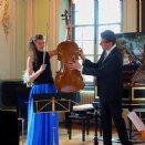 Wolfgang Brunner erklärt das Violoncello von Frau Hannah Vinzens im Rahmen des Sonntagskonzertes am 27. April 2014.
