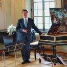 Der künstlerische Leiter Wolfgang Brunner bei der Einführung zum Konzert und in die Welt von Georg-Philipp Telemann.