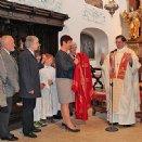 Als Geschenk der Pfarrgemeinde wurde Propst Franz Lusak ein rotes Messkleid überreicht.
