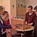 Die Vorbereitungen für den Berufungssonntag fanden an der theologischen Fakultät der Uni Salzburg statt. In der Pause lieferten sich Br. Wolfgang, Br. Johannes, Sr. Katharina und Gisela ein Wuzzel-Fussball-Match.  © Pfarre