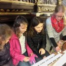 Magdalena erklärt die Orgel © M. Löffelberger